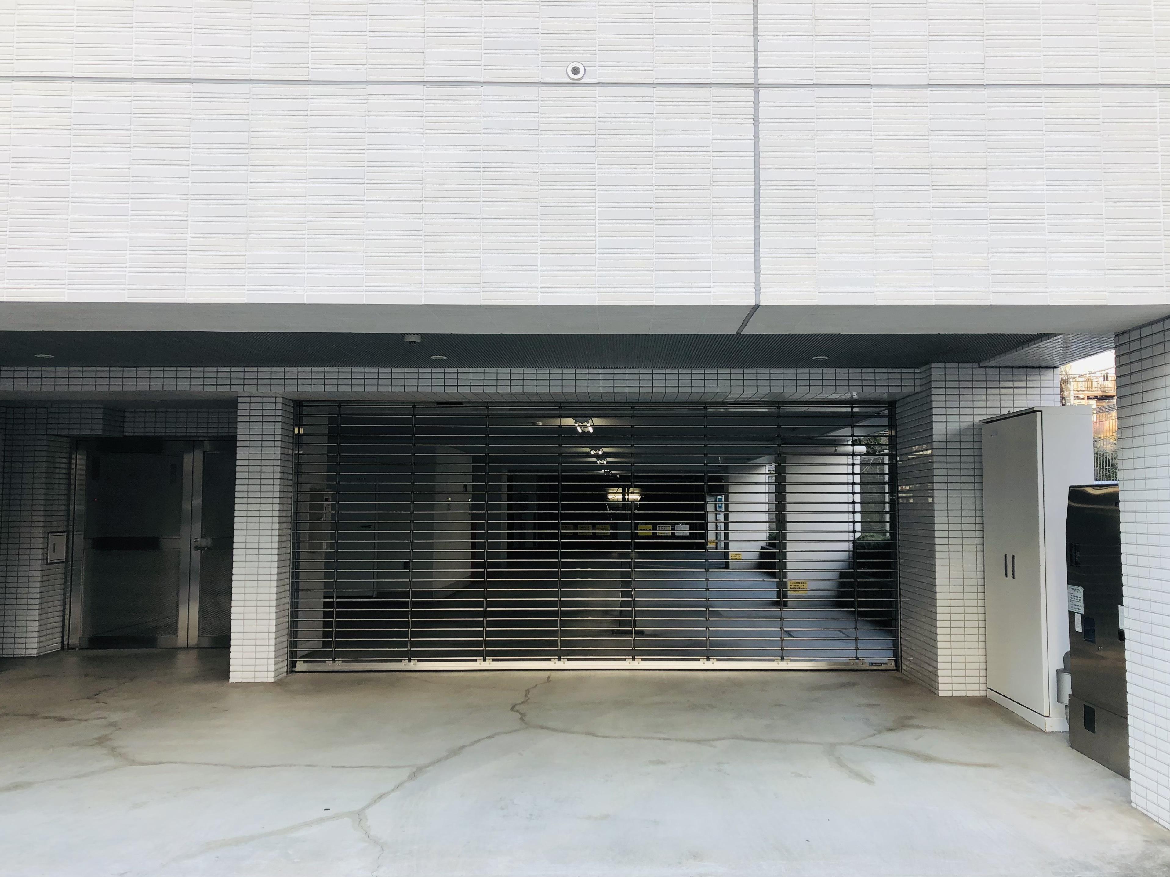 シャッターゲート付きの駐車場は外部からの侵入を防ぎ大切なお車の保護にも役立ちます。 イメージ