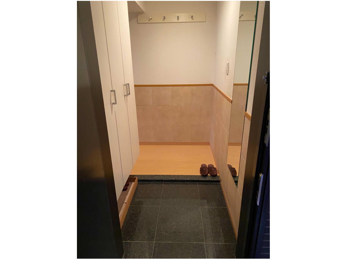 玄関には、姿見ミラーとエコカラットを施工 イメージ